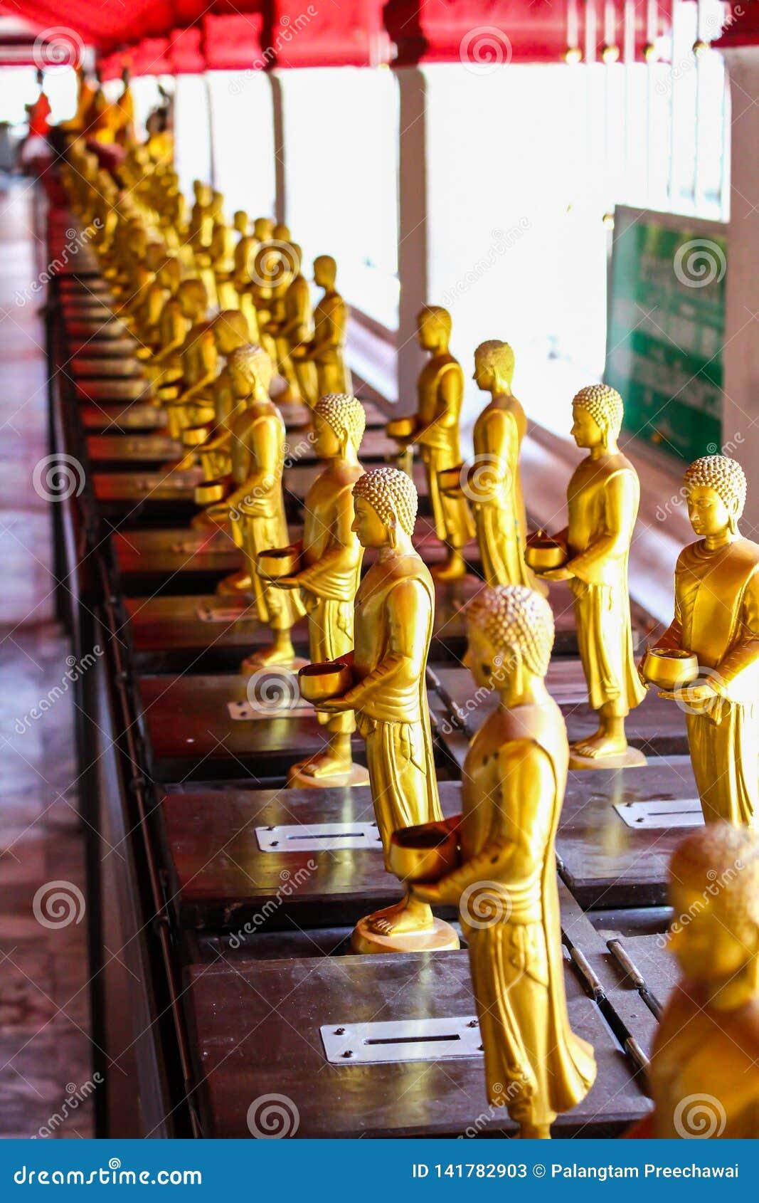 De standbeelden van Boedha in de tempel