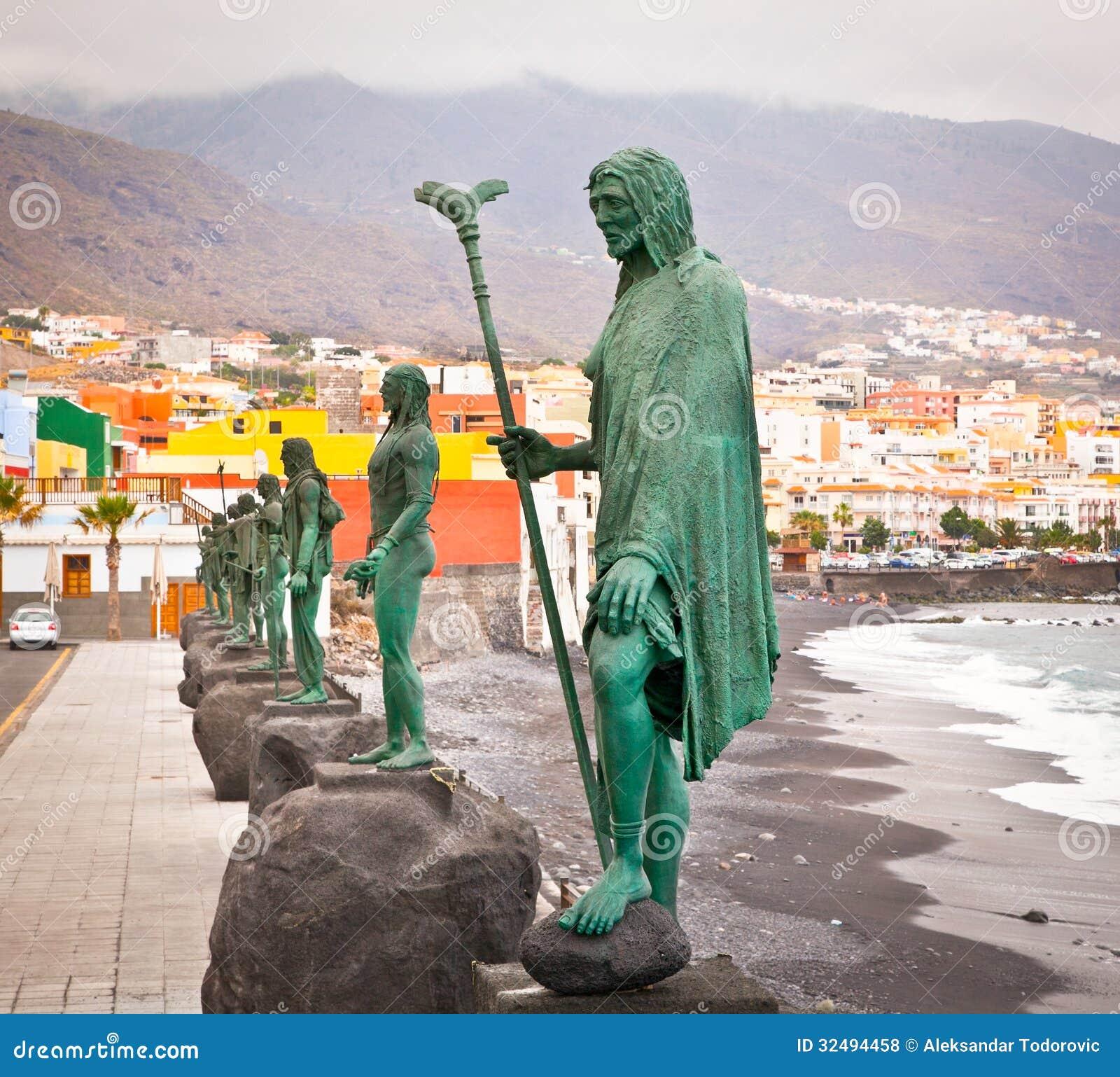 De standbeelden van Guanchesindiërs in Plaza DE La Patrona DE Canar worden gevestigd die