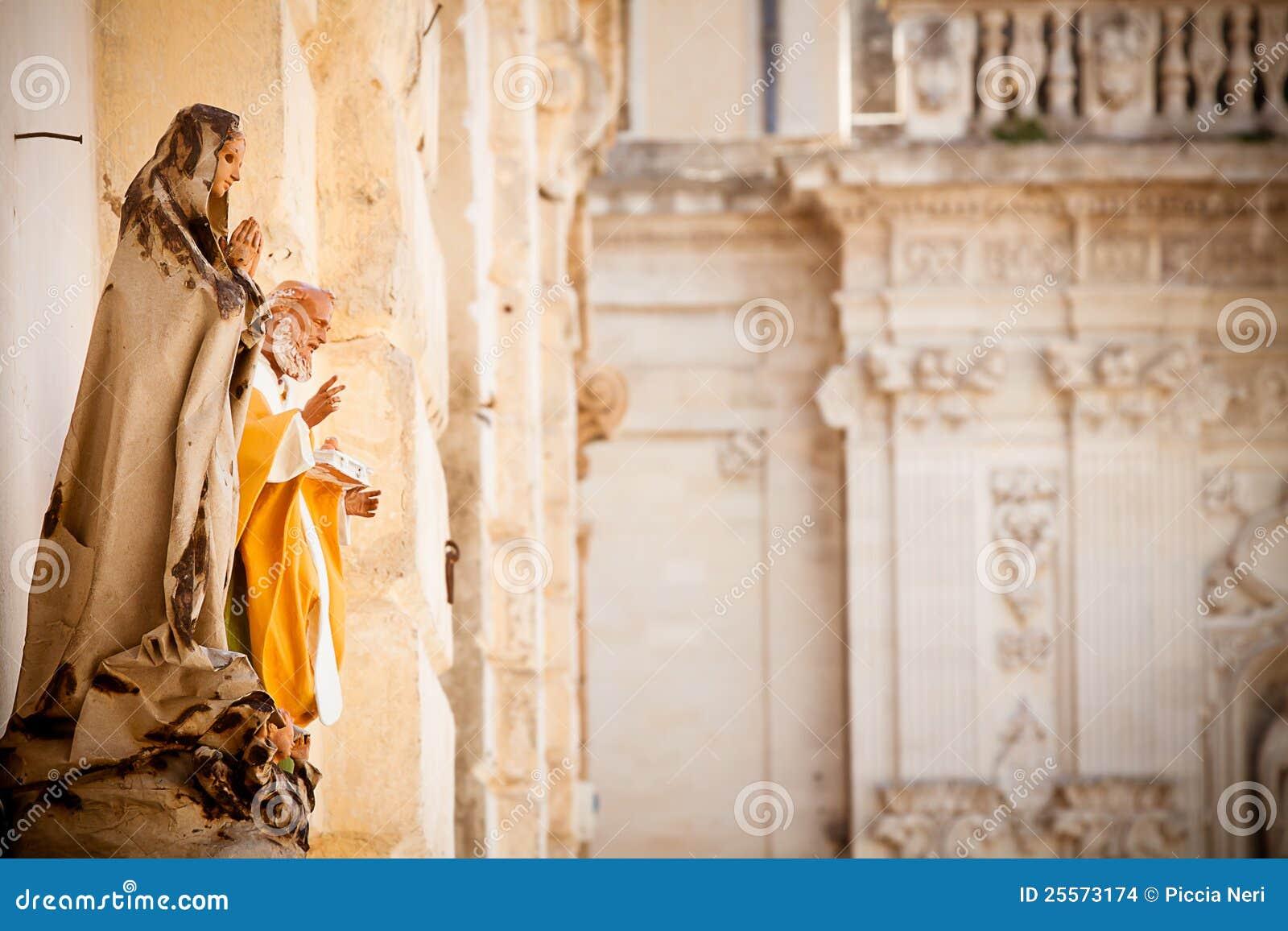 De standbeelden van heilige in Lecce