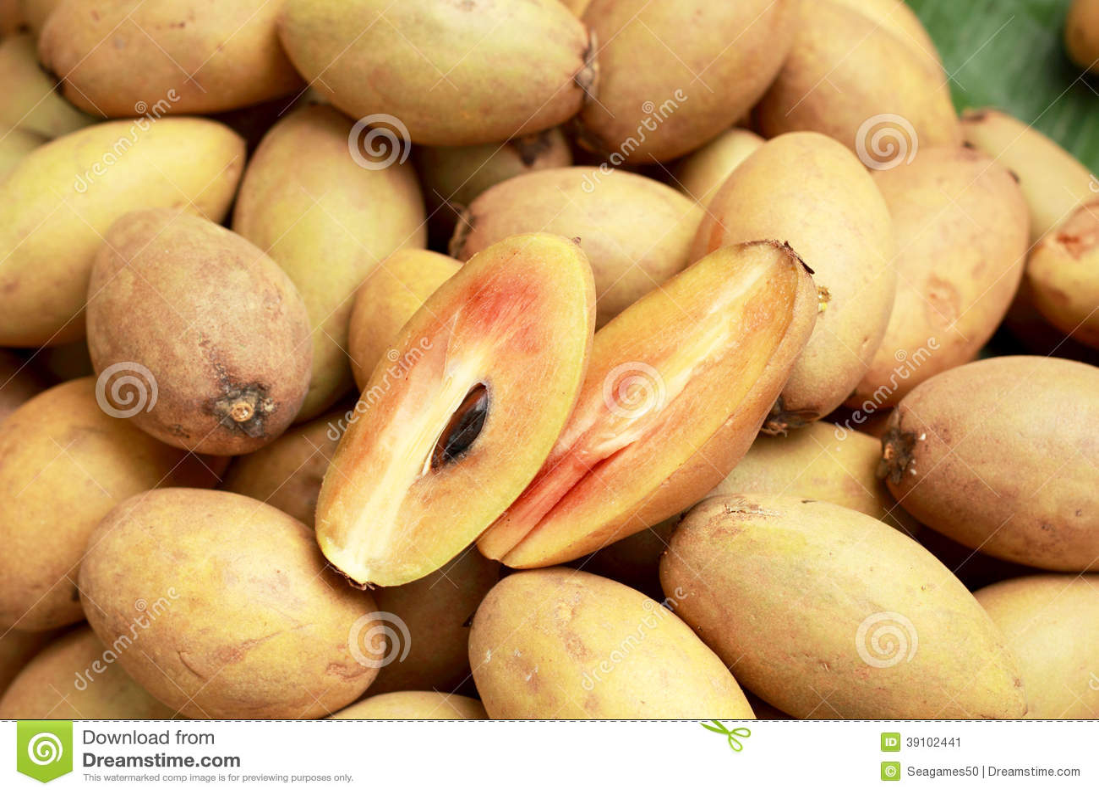 De stapel van het sapodillafruit op de achtergrond