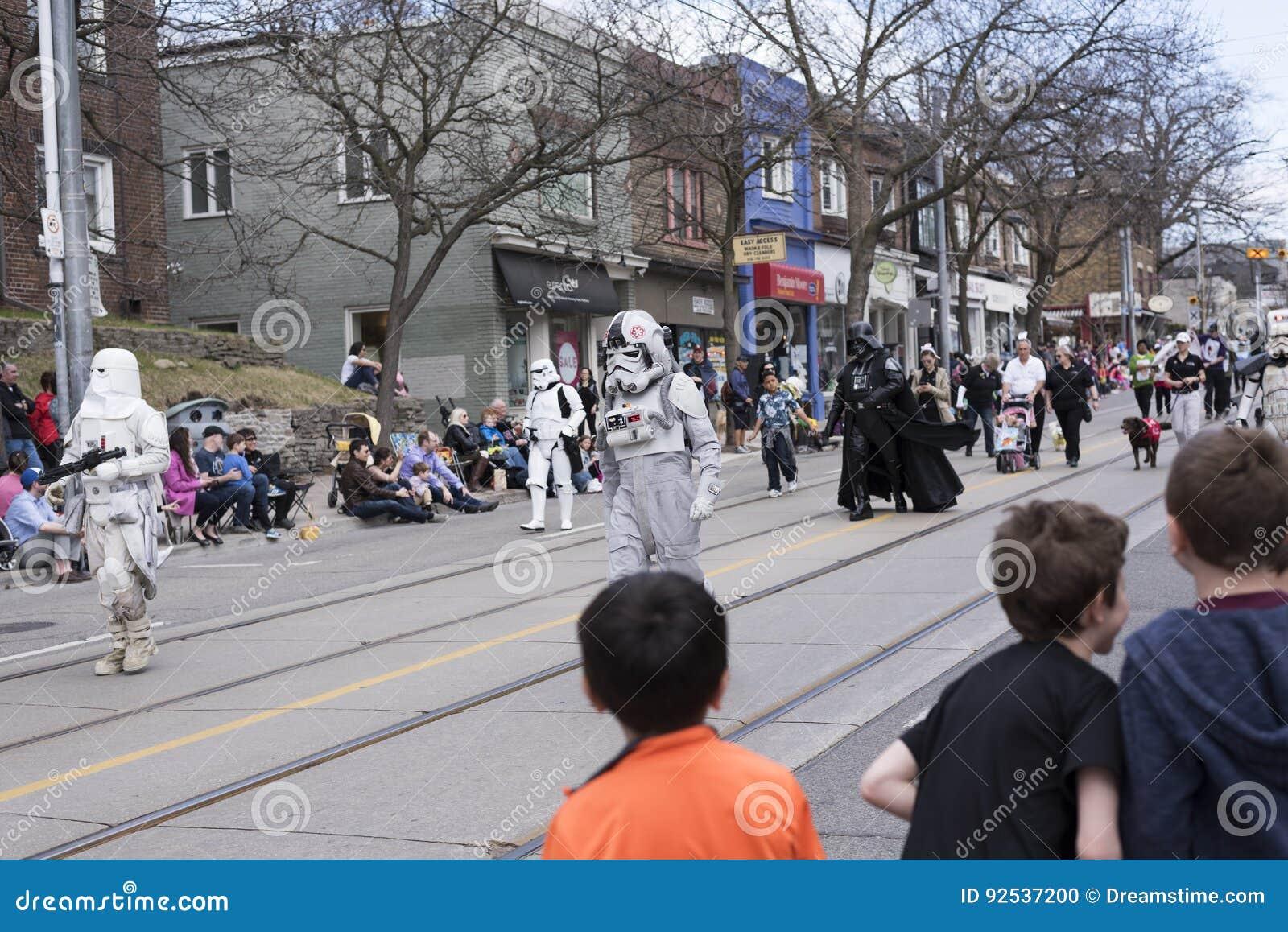 De Star Wars-karakters lopen langs de Koningin St E Toronto tijdens de Parade 2017 van Strandenpasen