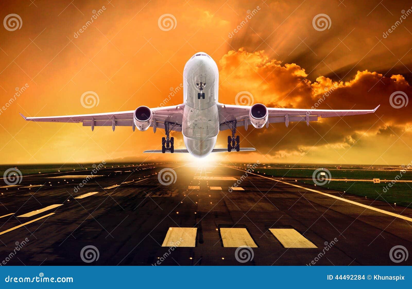 De start van het passagiersvliegtuig van banen tegen mooie duistere sk