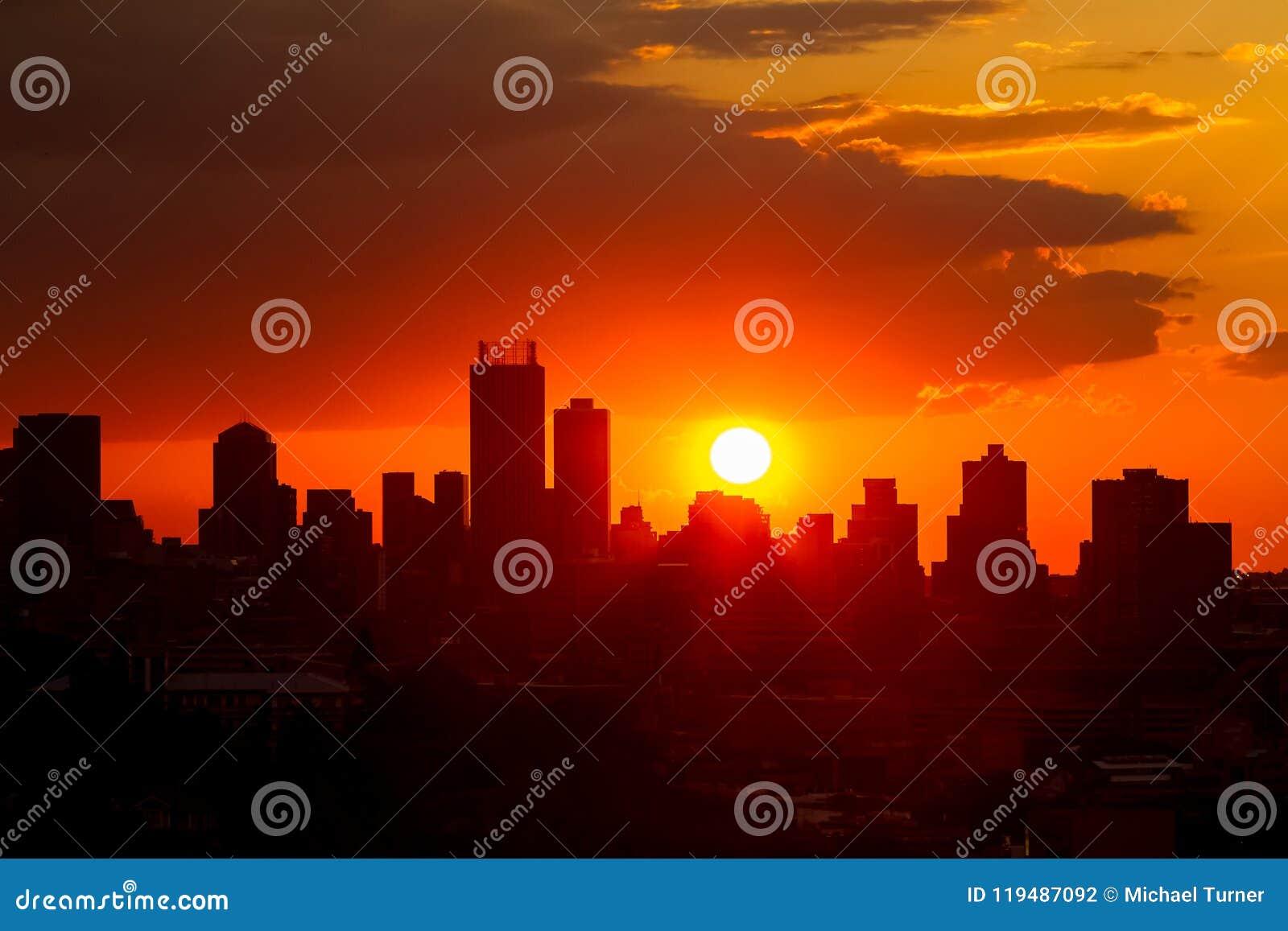 De stedelijke mening van het Stadslandschap van Gesilhouetteerde hoge stijgingsgebouwen bij