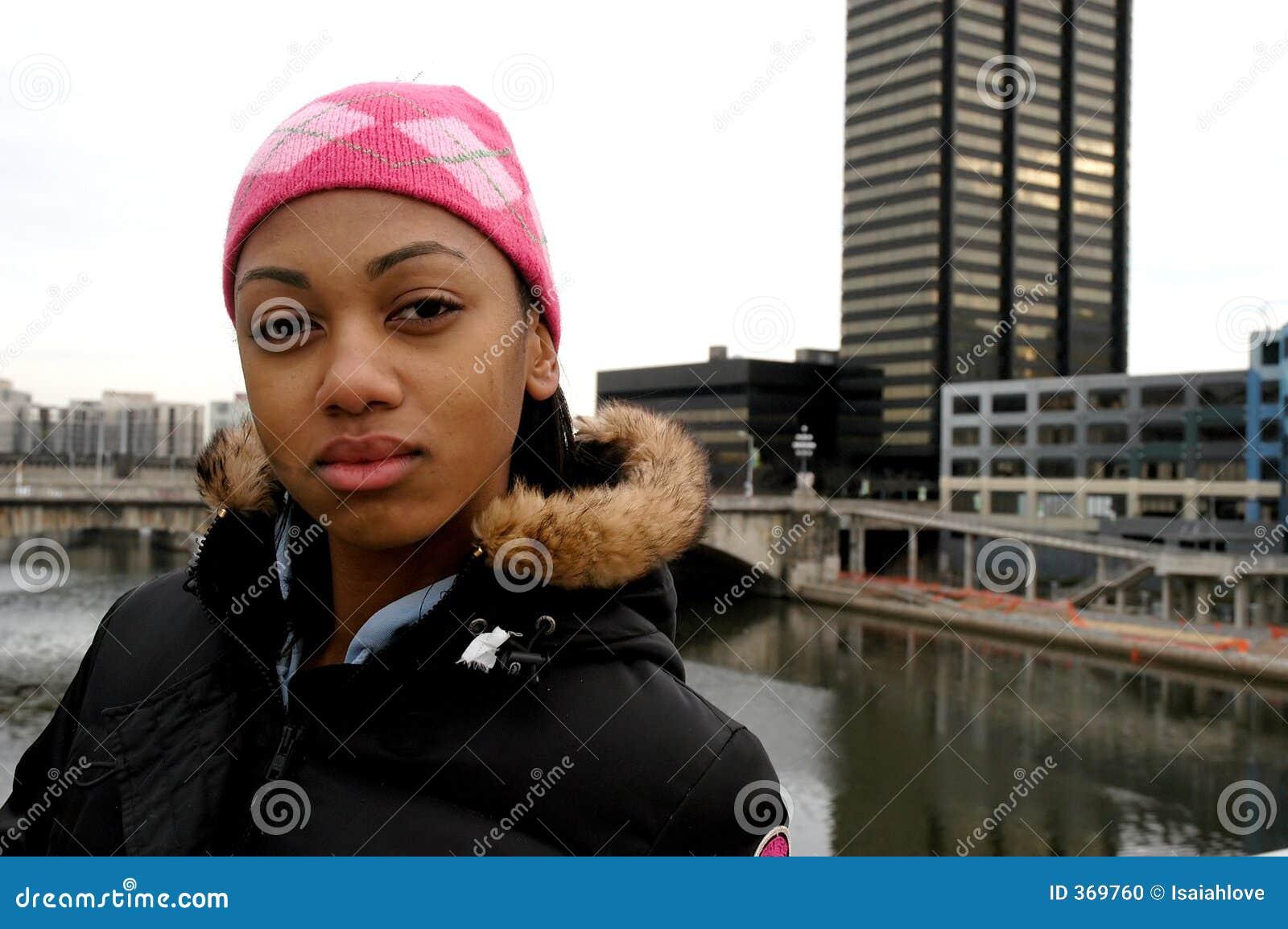 De stedelijke tiener bekijkt de stad