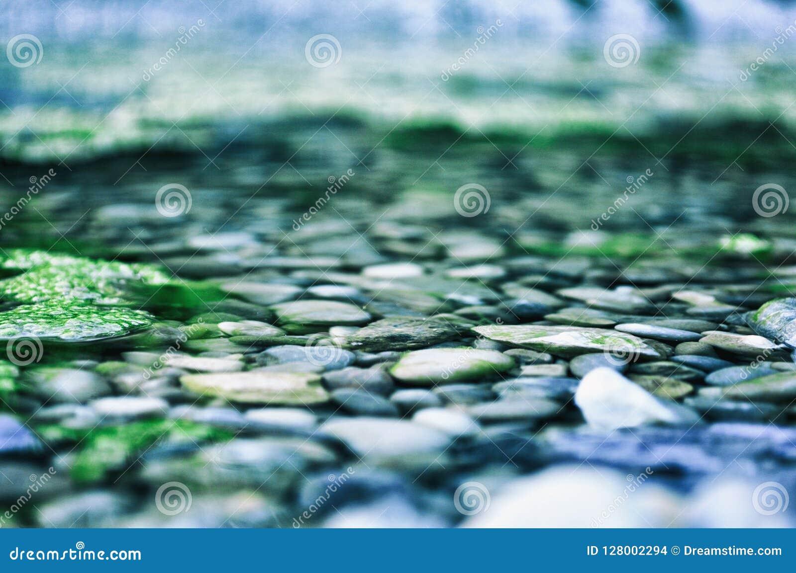 De stenen, rivier, aard, kou, ontspannen yoga brackground