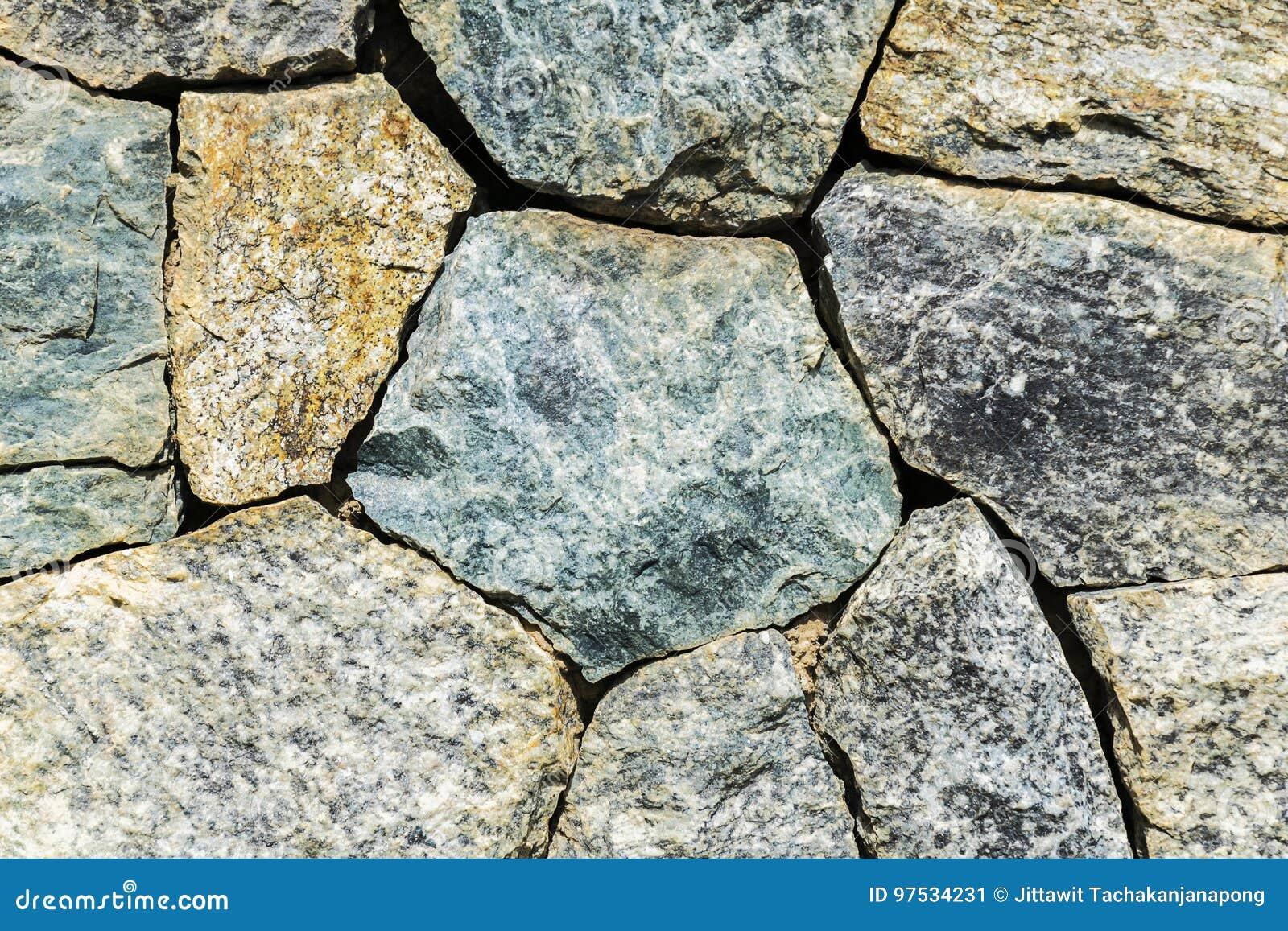 De stenen worden geschikt in rechthoekig