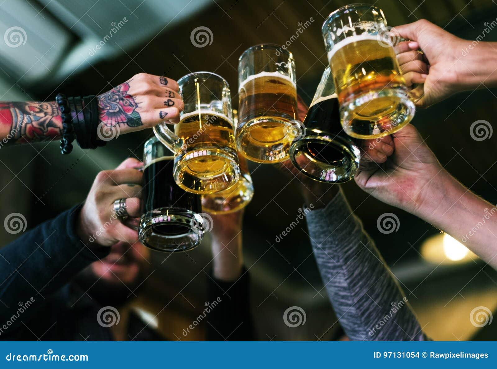 De Sterke drank van het ambachtbier brouwt Alcohol viert Verfrissing