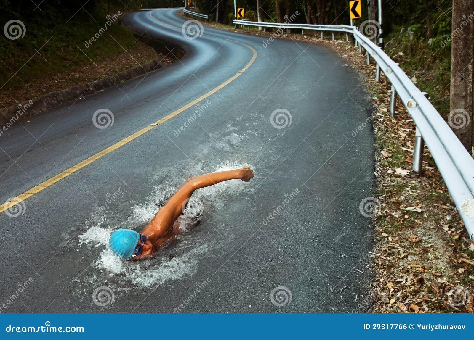 De sterke Mens zwemt op de Weg van het Asfalt