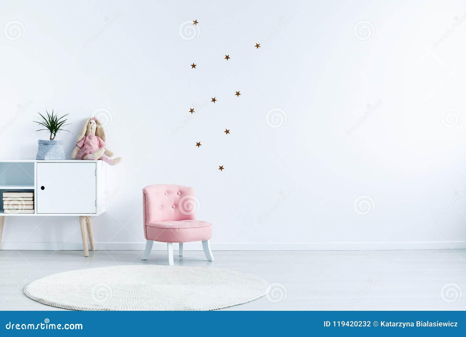 De sterstickers op witte muur met exemplaar plaatsen in kind` s ruimte inte uit elkaar