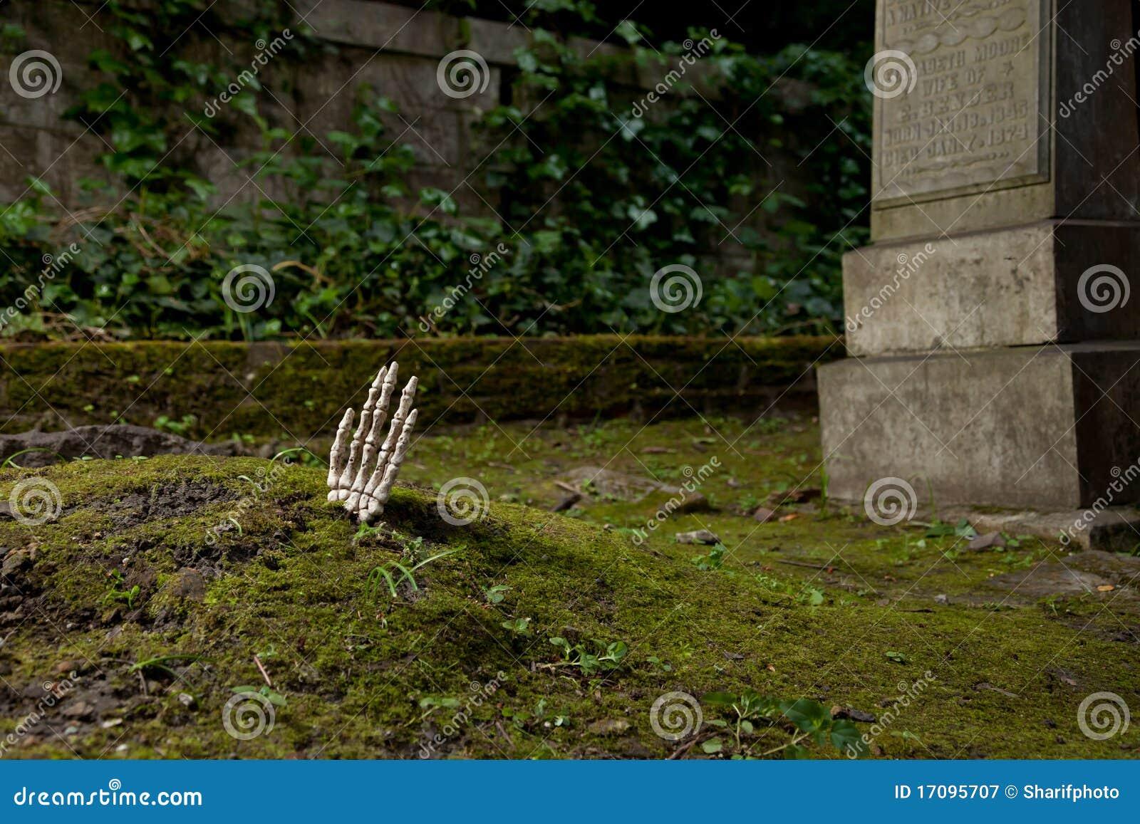 De stijgingen van de hand boven het graf
