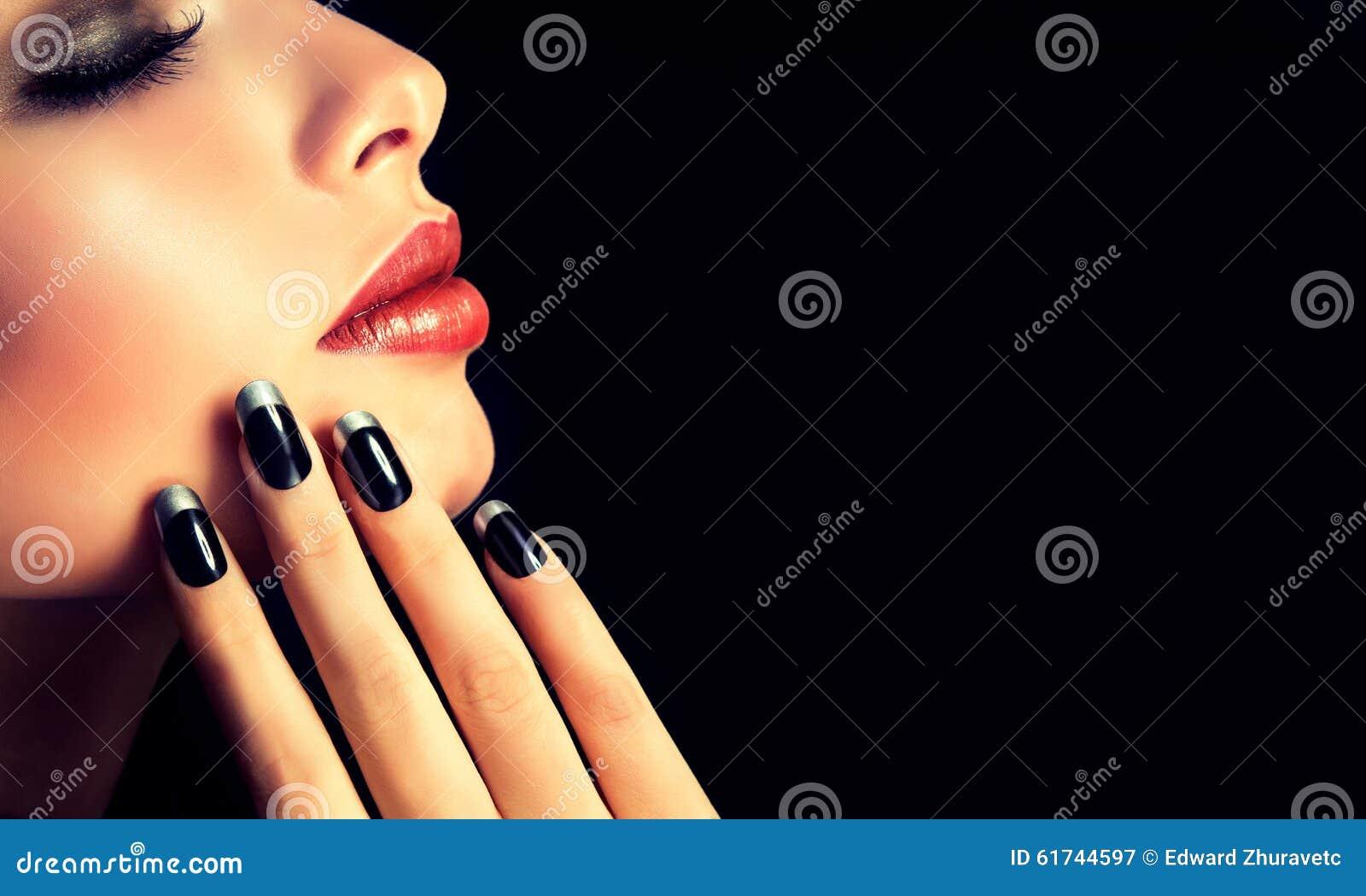 De stijl, de manicure, de schoonheidsmiddelen en de make-up van de luxemanier