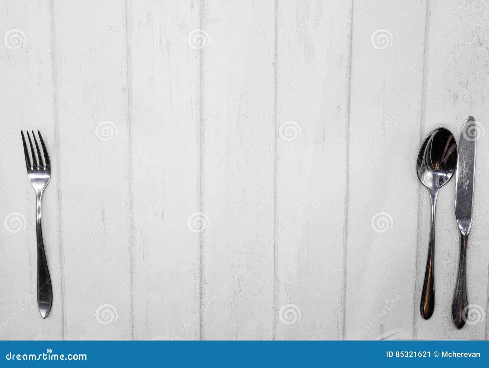 De stijl houten lijst van de Provence, achtergrond voor menu, bistro, koffie, restaurant Het mes, vork, lepel ligt op een lichte