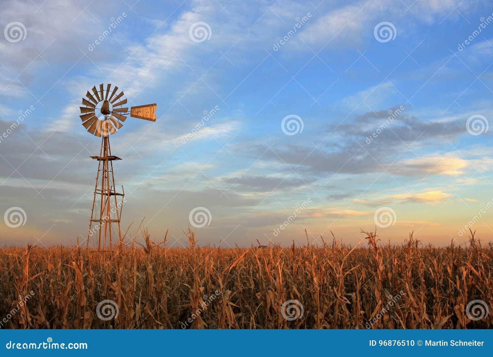 De stijl westernmill windmolen van Texas bij zonsondergang, Argentinië