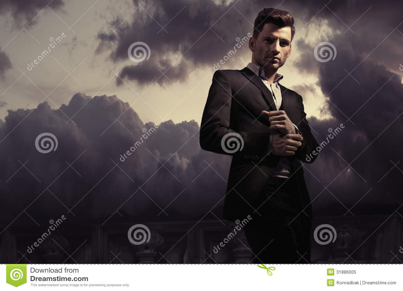 De stijlfoto van de fantasiemanier van een knappe mens