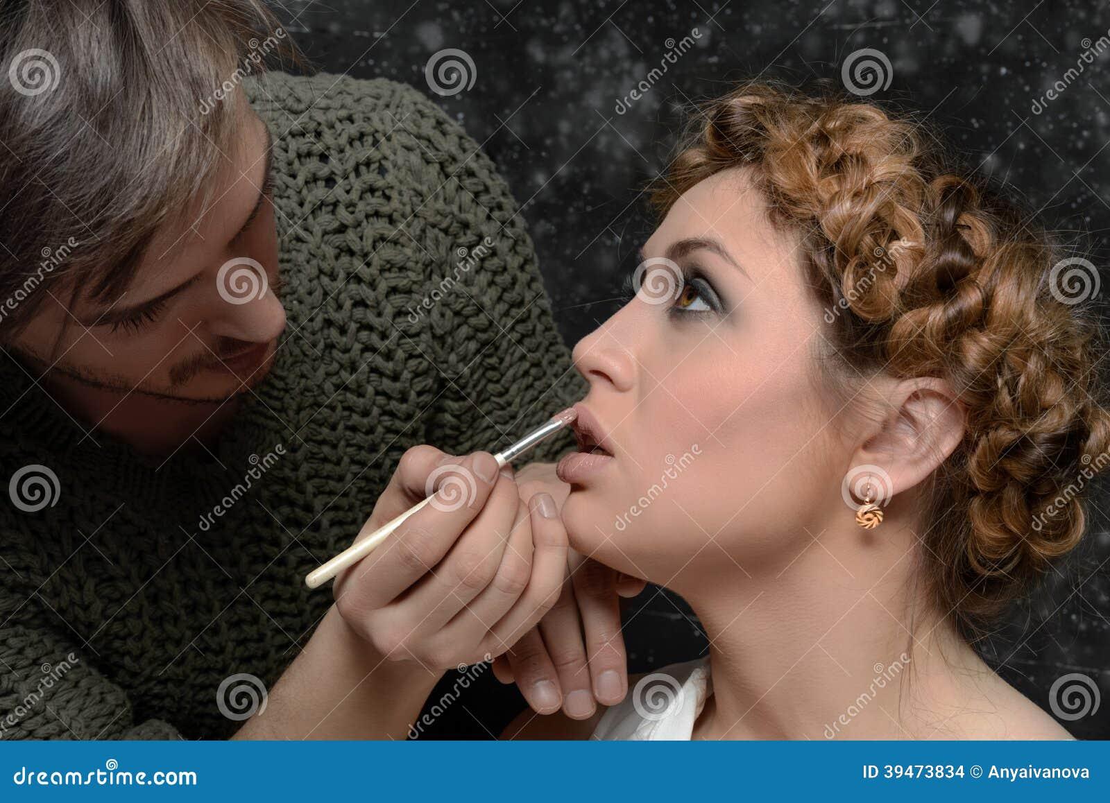 De stilist past make-up op een model toe