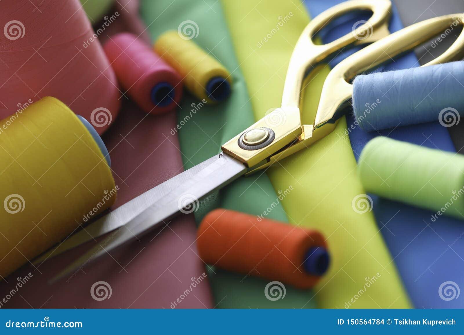 De stof van de schaardraad het naaien ligt op lijstzaken