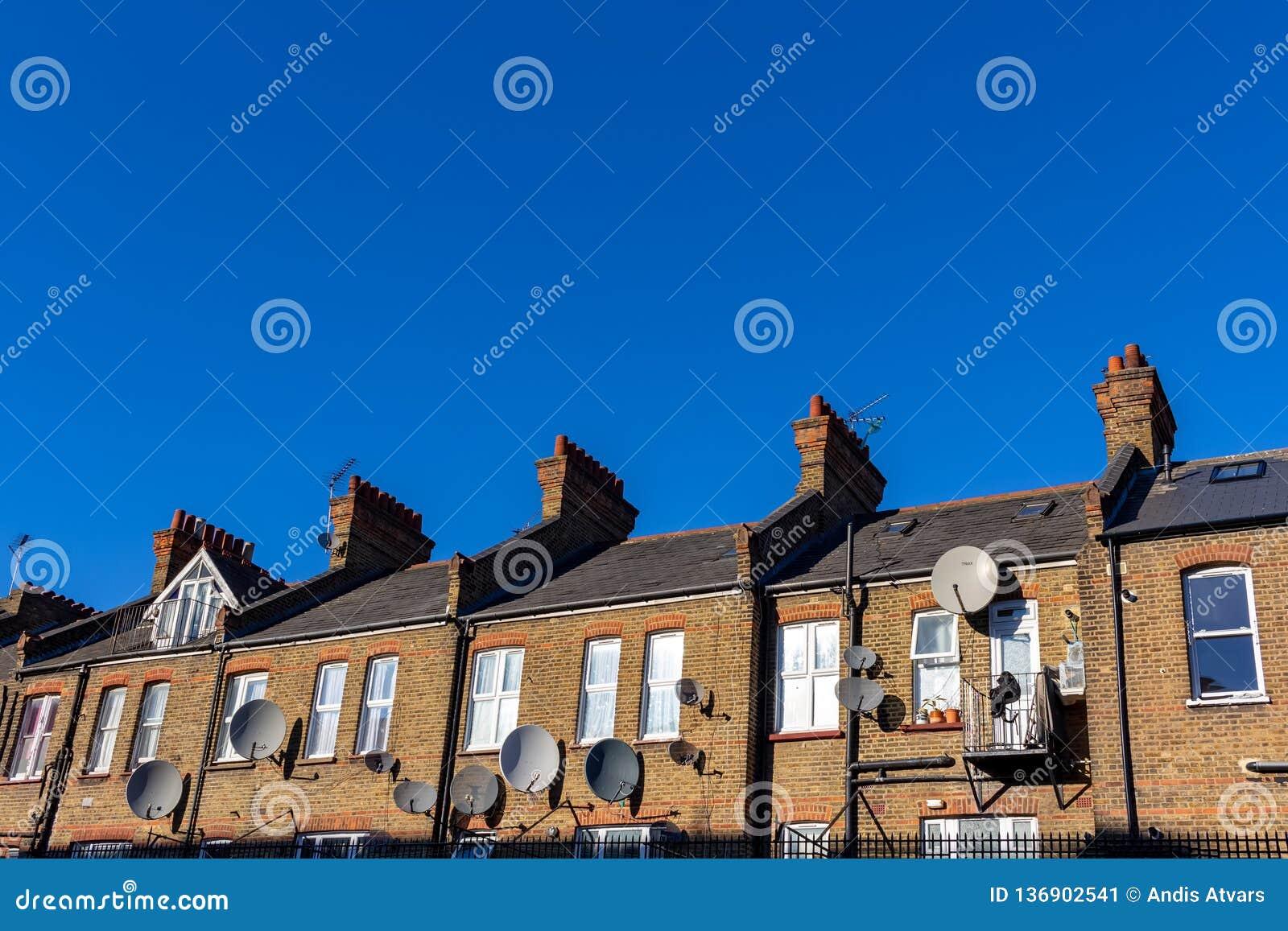De straat van Londen van typische kleine de 19de eeuw Victoriaanse terrasvormige huizen