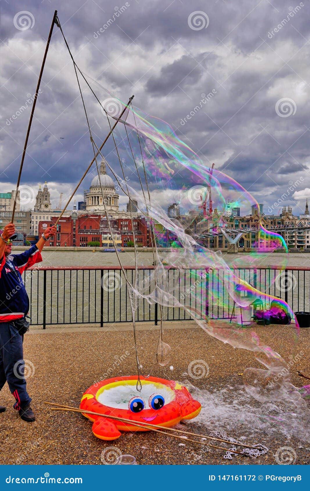De de straatentertainer van Londen creeert megabellen