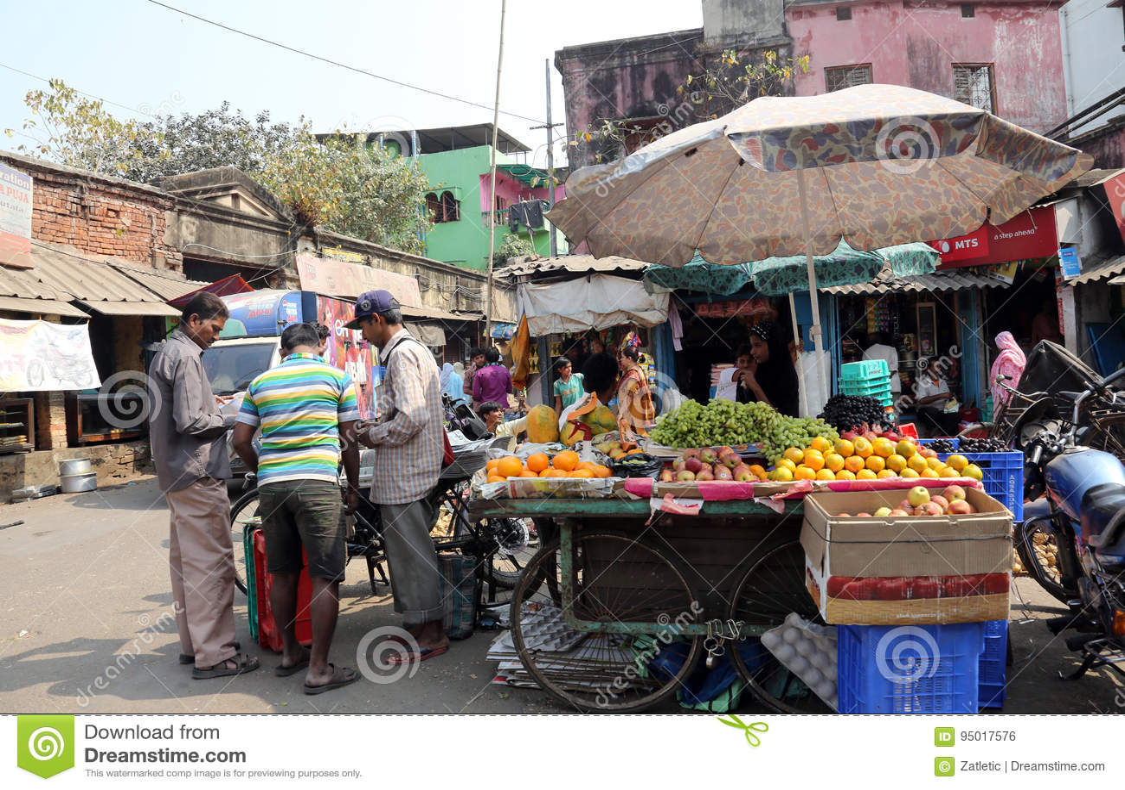 De straathandelaar verkoopt vruchten in Kolkata India