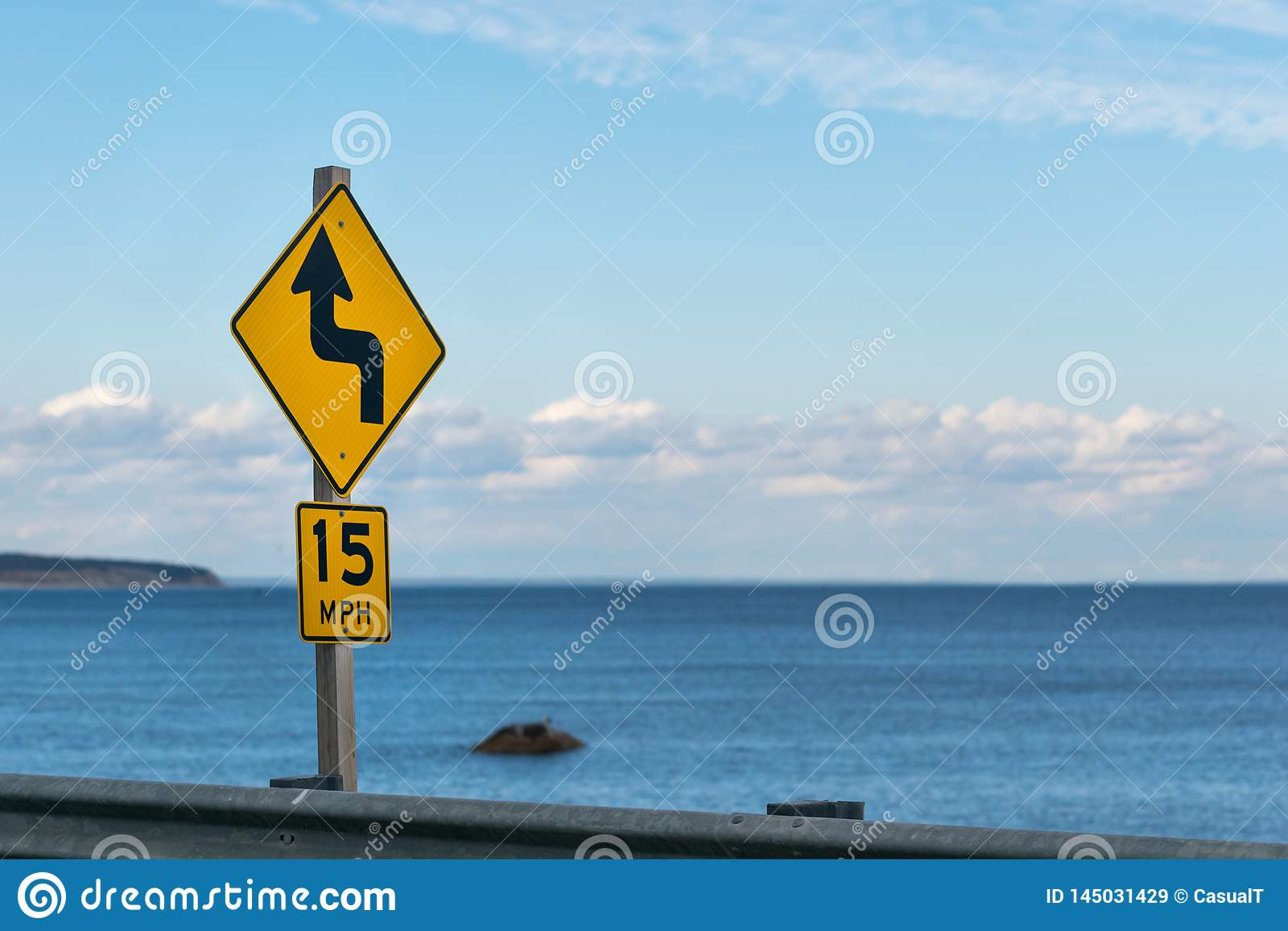 De straatteken van de tempogrens, tegen de horizon en de blauwe hemel op een zonnige dag