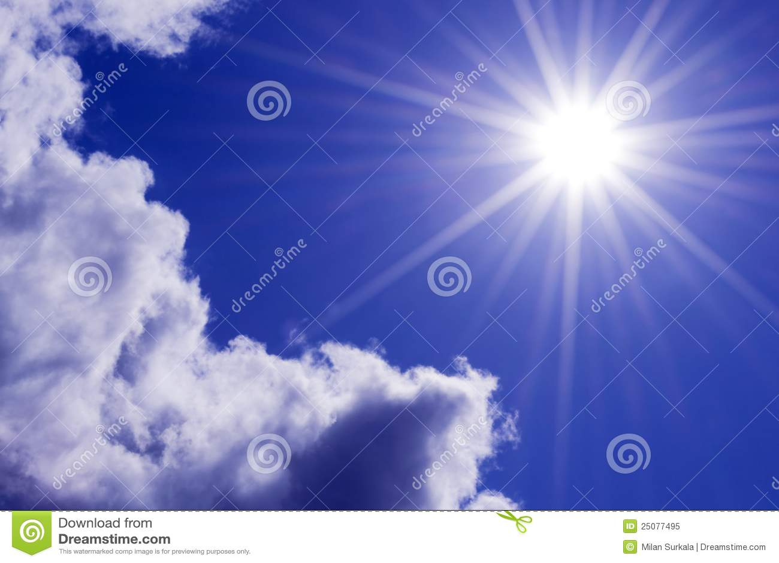 De stralen van de zon in de hemel