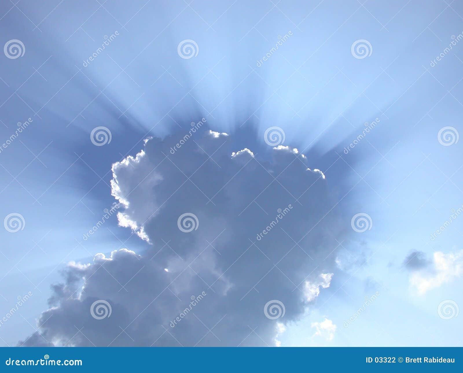 De stralen van de zon door de wolken