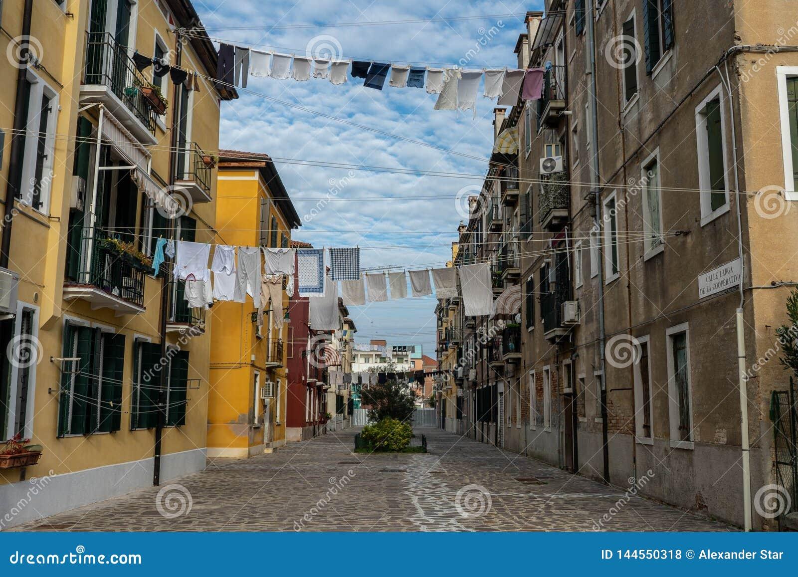 De straten van Venetië met doeken die uit op lijnen hangen