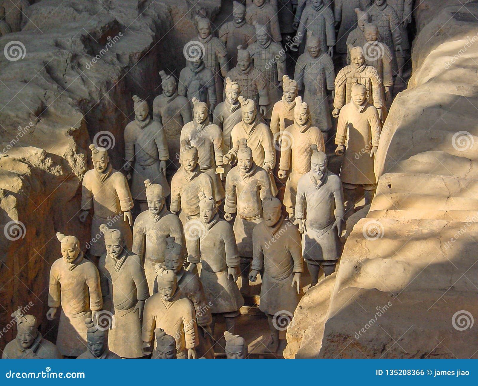 De strijders van het Terracottaleger bij het graf van de Eerste Keizer van China's in Xian De Plaats van de Erfenis van de Were