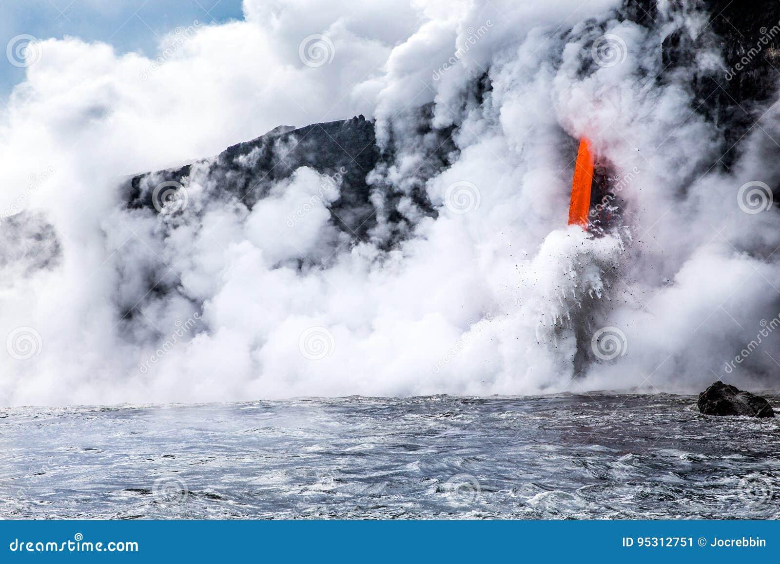 """De stroom van de de vulkaanlava van KiÌ""""lauea giet in oceaan in Hawaï"""