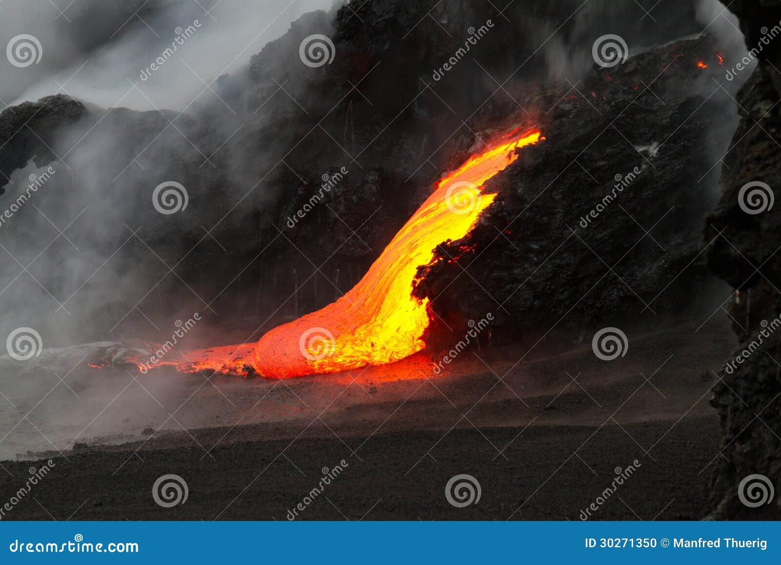 De stroom van de lava bij nacht
