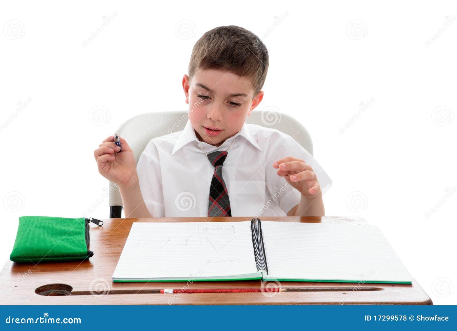 De student die van de school zijn werk onderzoekt