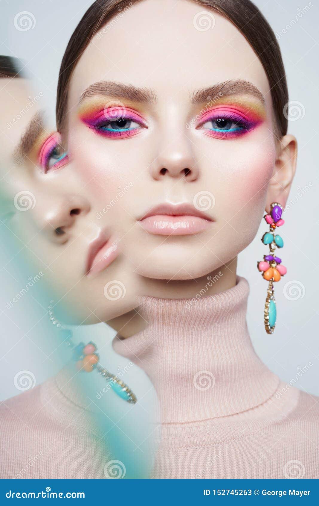 De studioportret van de kunstmanier van mooi brunette met bloemenjuwelen