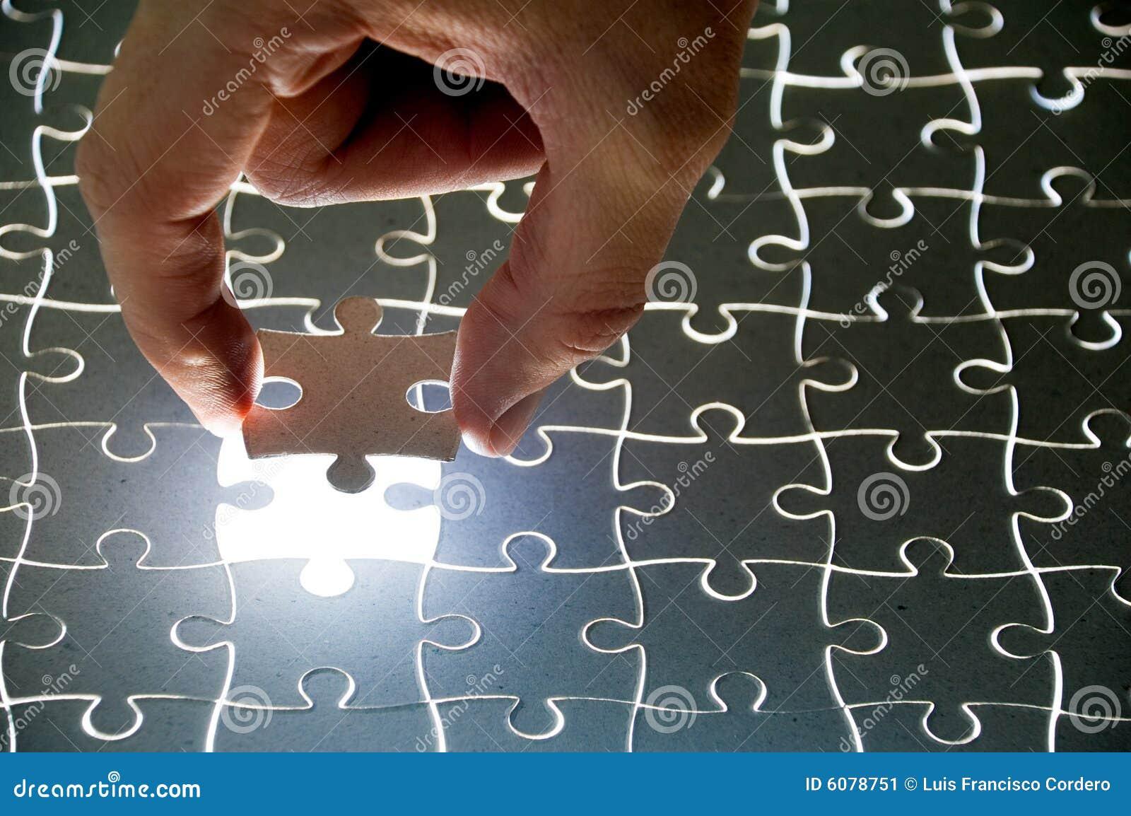 De stukken en de hand van het raadsel