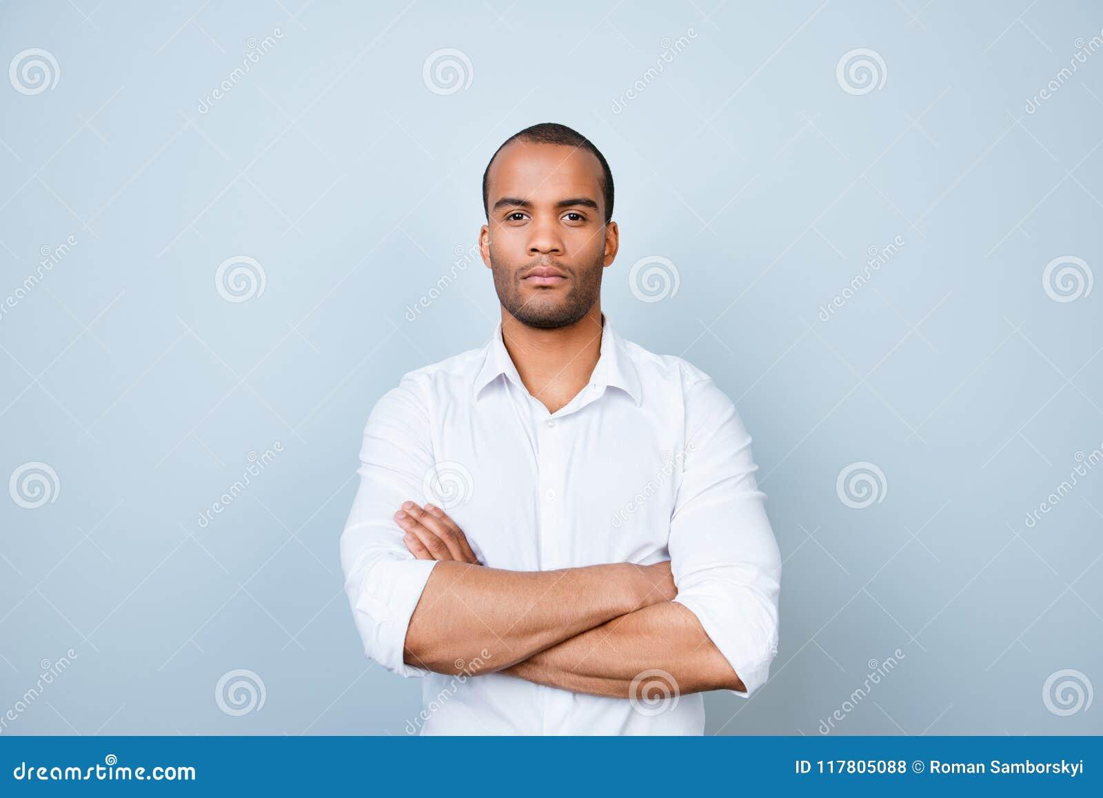 De succesvolle jonge knappe bankier van de mulat Amerikaanse kerel in formeel
