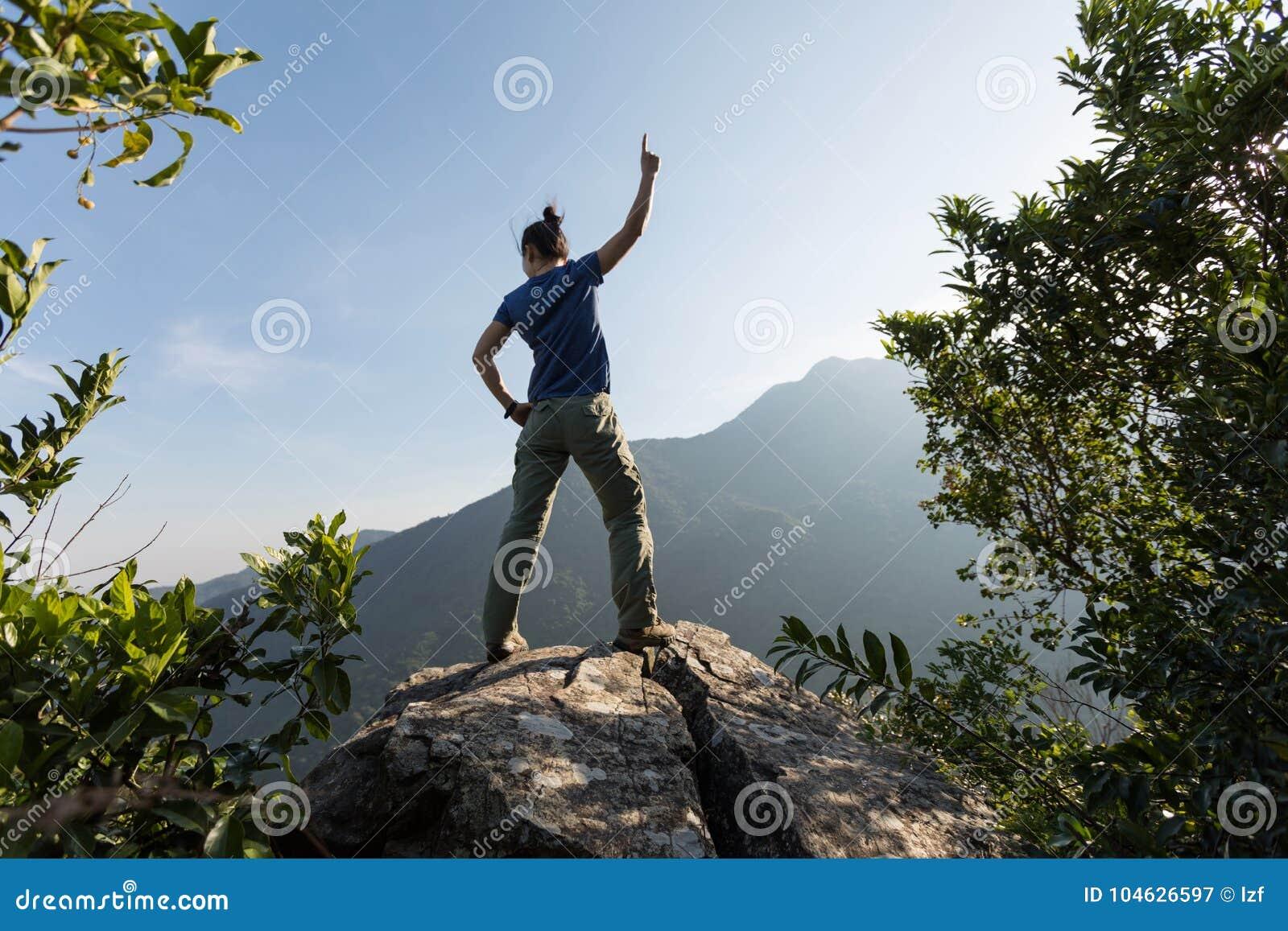 Download De Succesvolle Jonge Vrouw Geniet Van De Mening Stock Afbeelding - Afbeelding bestaande uit hipster, chinees: 104626597