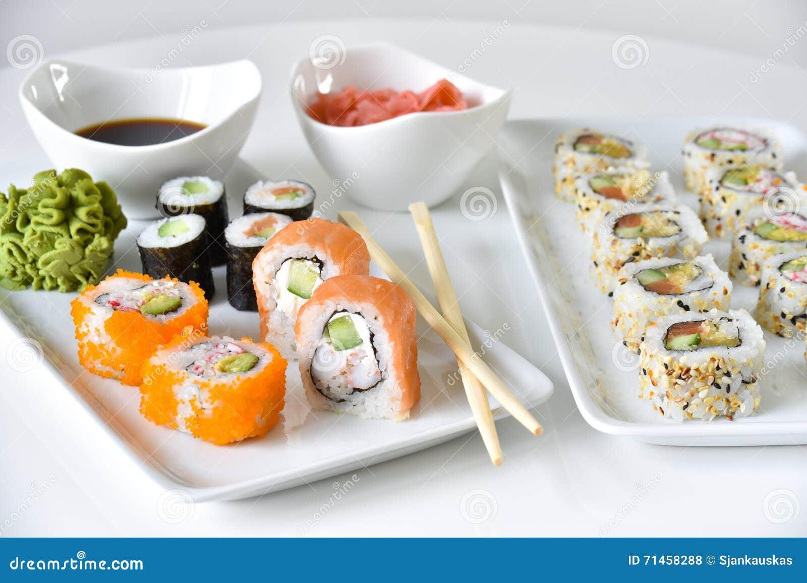 De sushi rolt diner het plaatsen