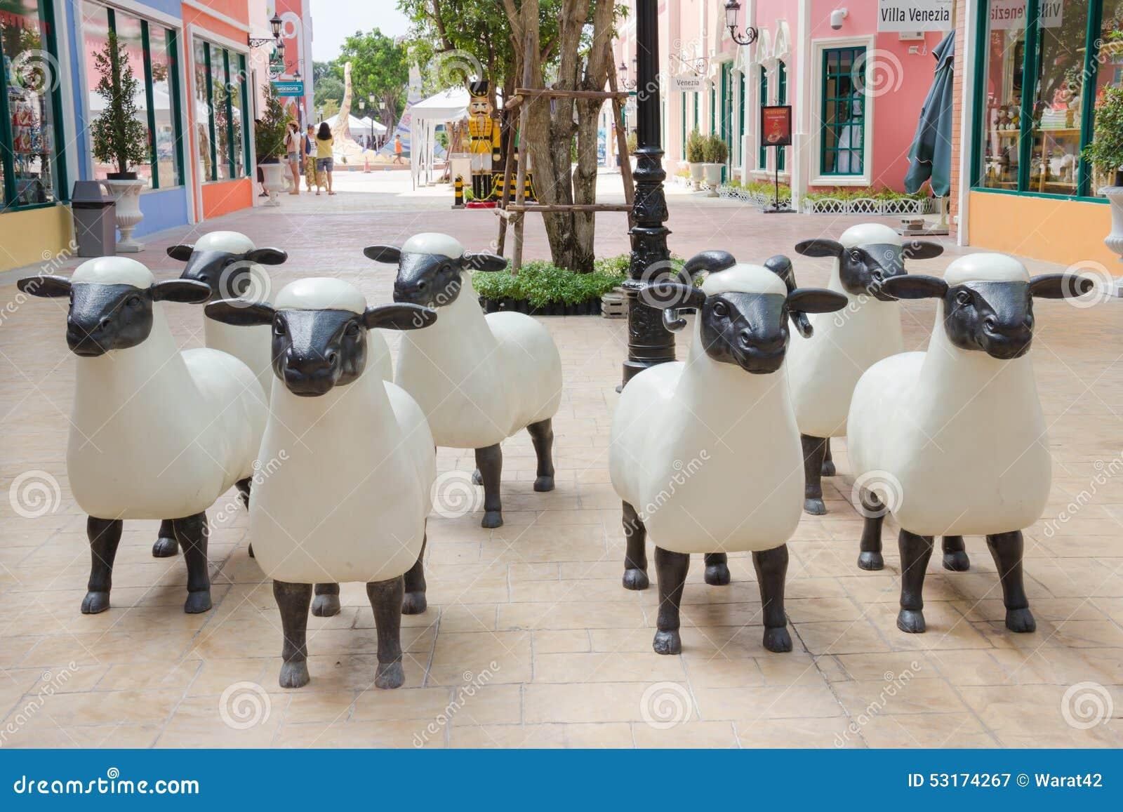 De synthetische schapen als decoratie redactionele fotografie afbeelding 53174267 - Decoratie terrace ...