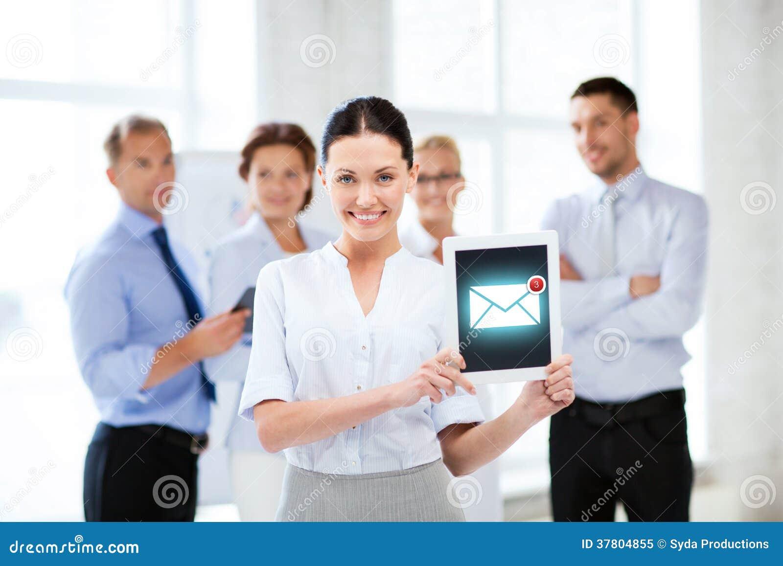 De tabletpc van de onderneemsterholding met e-mailteken