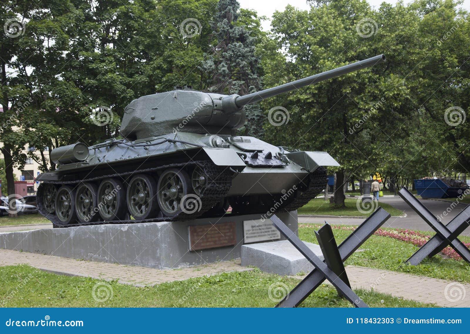 De tank op een voetstuk in Moskou Rusland