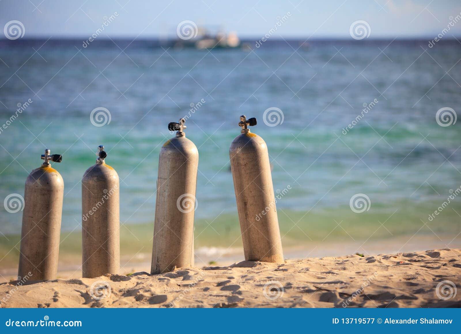De tanks van de scuba-uitrusting