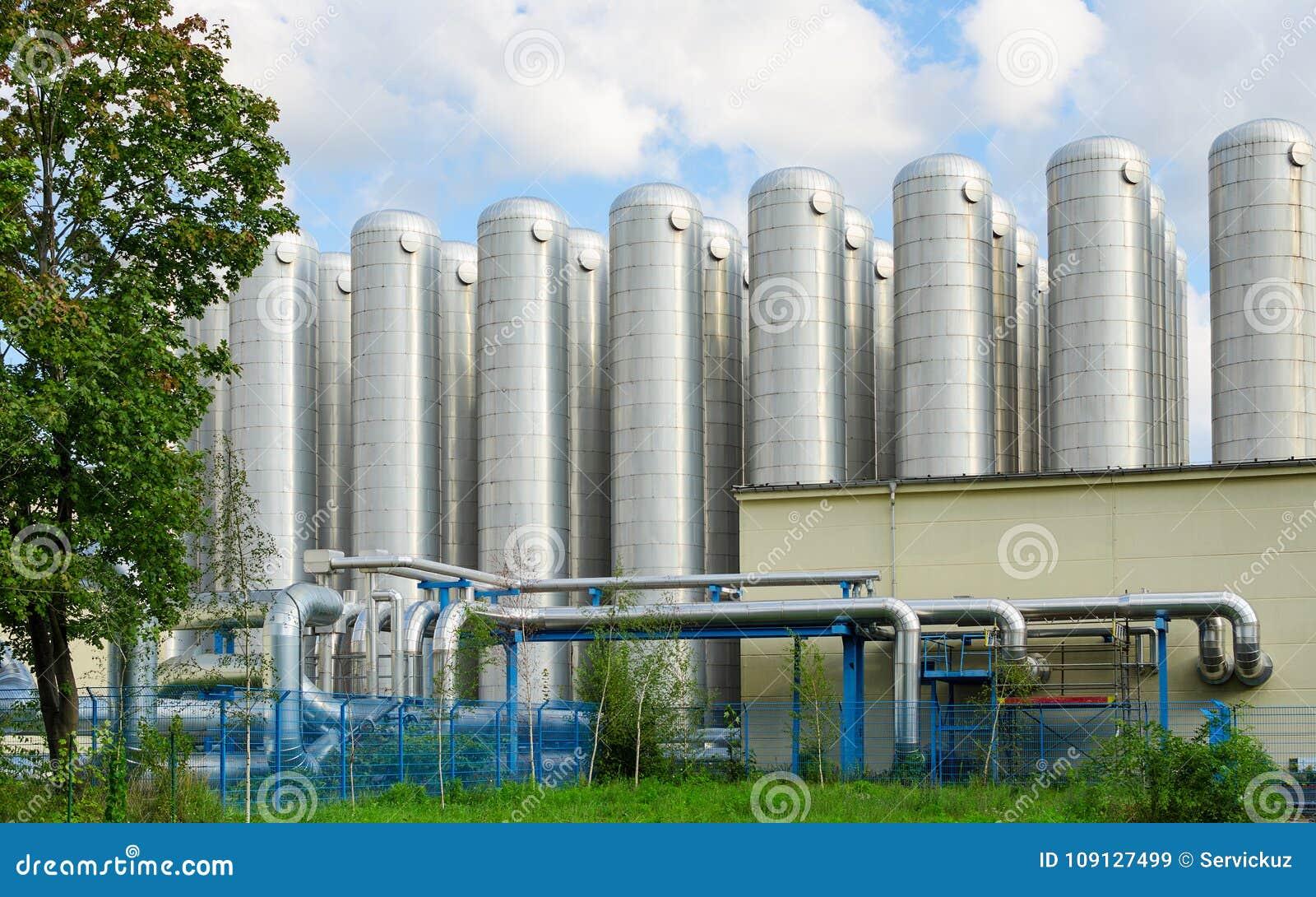 De tanks van de wateropslag in milieuvriendelijk industrieel behandelings van afvalwatersysteem