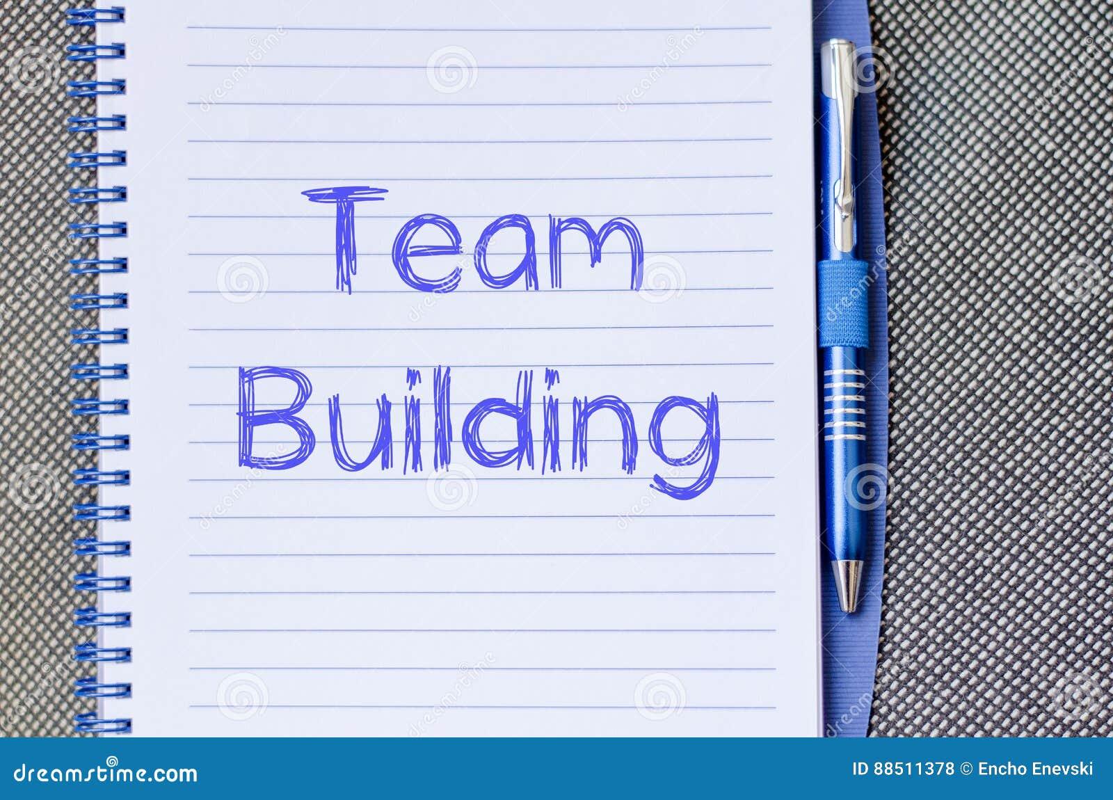 De teambouw schrijft op notitieboekje