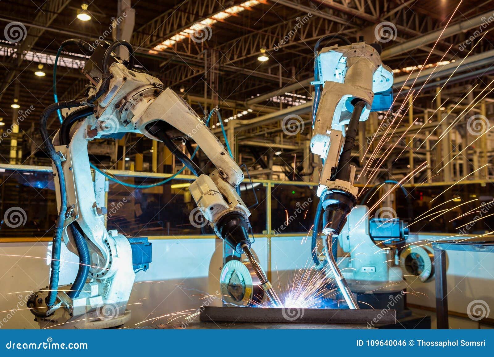De teamrobots lassen deel in automobiel industriële fabriek