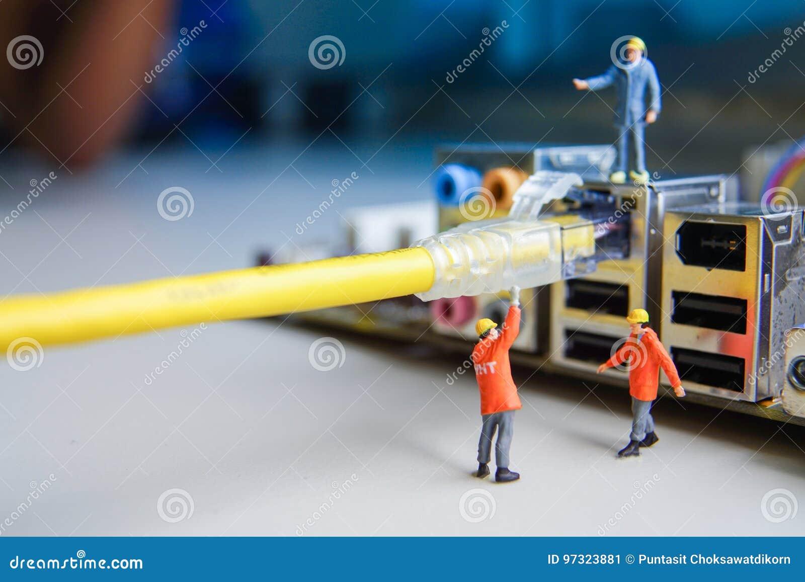 De technici proberen aan het verbinden van verbonden het netwerk van de kabeldraad