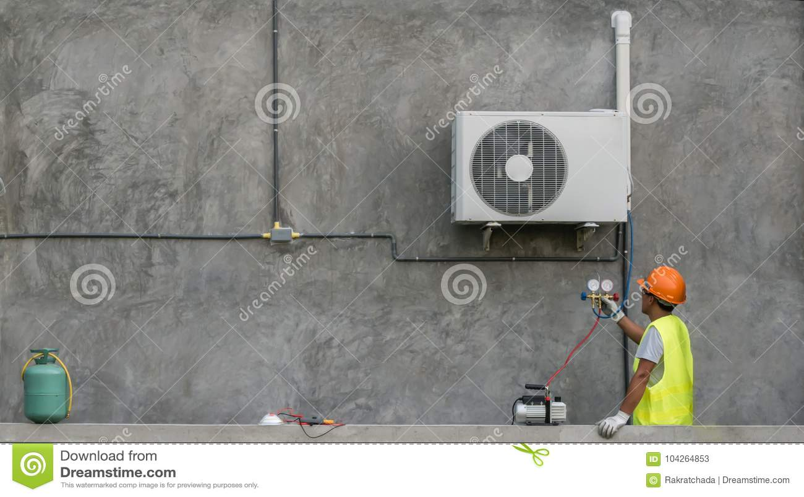 De technicus controleert airconditioner