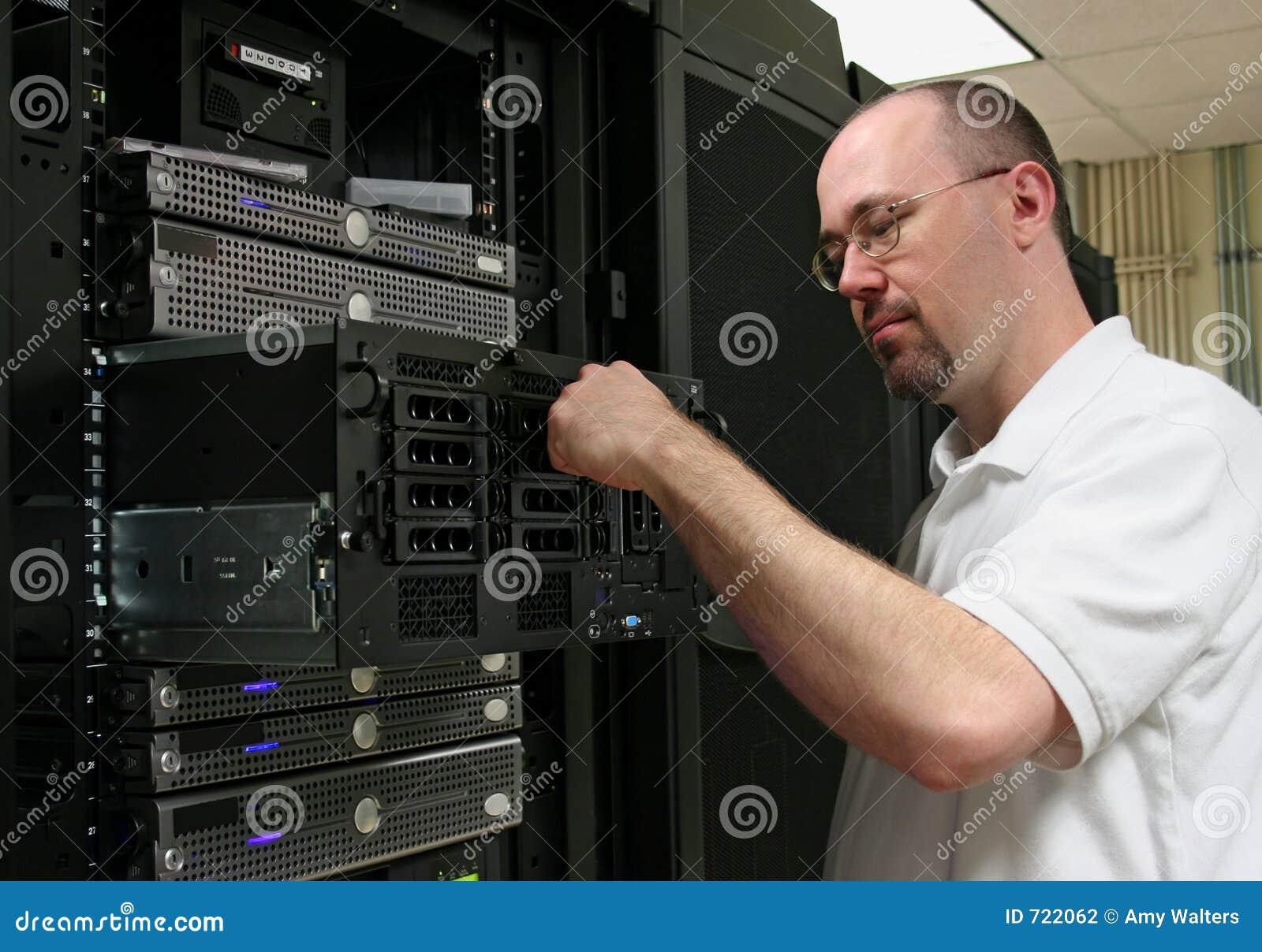 De Technicus die van de computer aan een server werkt