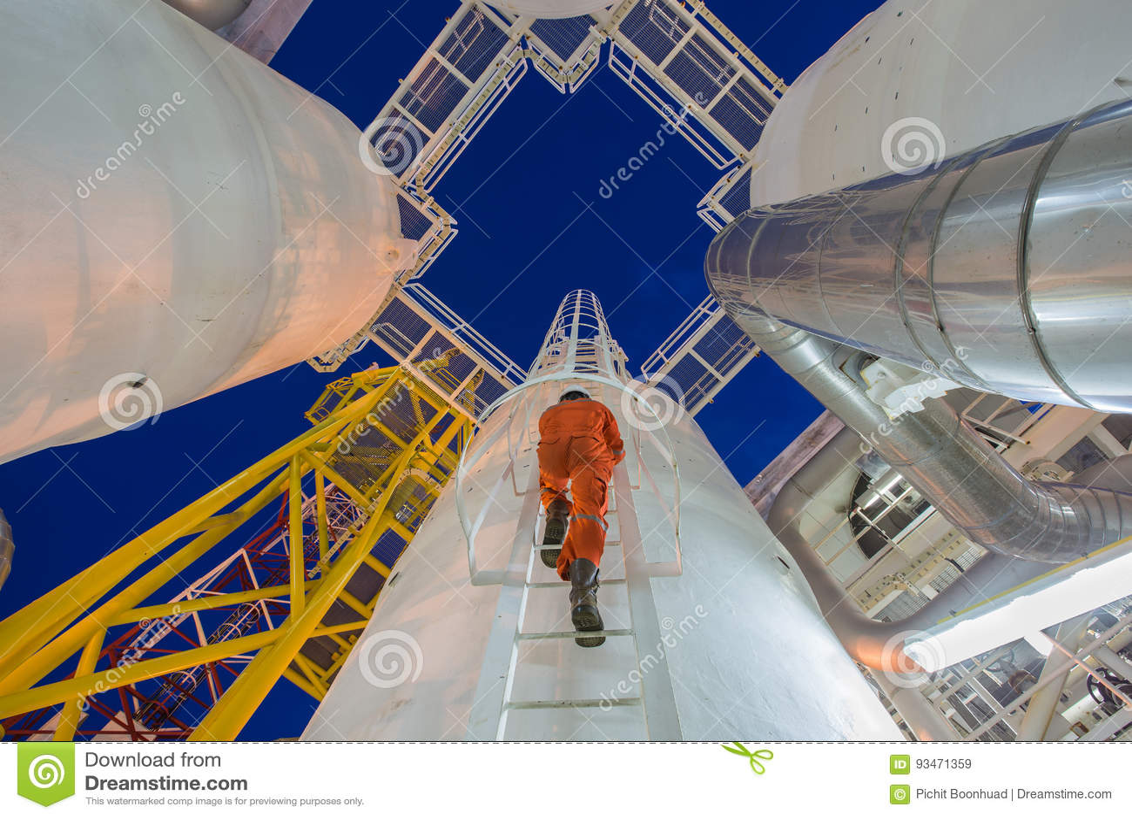 De techniek beklimt tot olie en gasprocesinstallatie aan de dehydratieverwerking van het waarnemersgas in nachtploeg