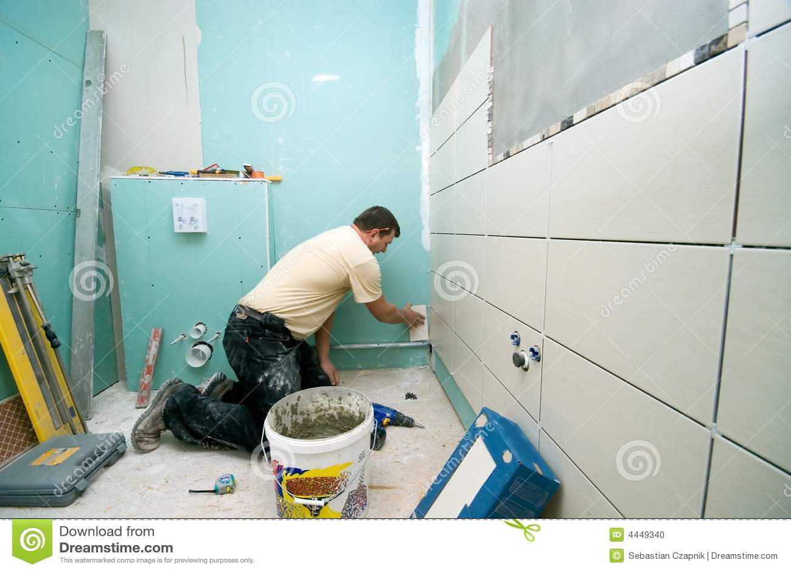 De tegelsvernieuwing van de badkamers