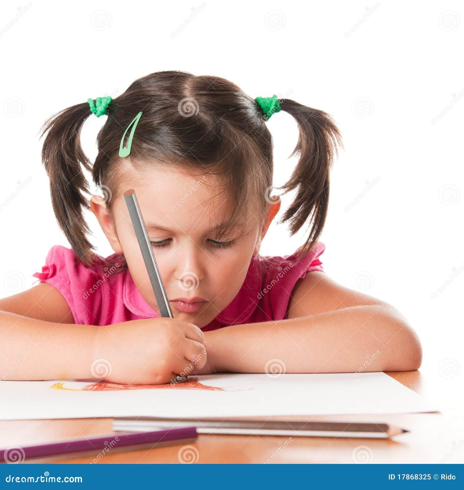 De tekening van het meisje met concentratie