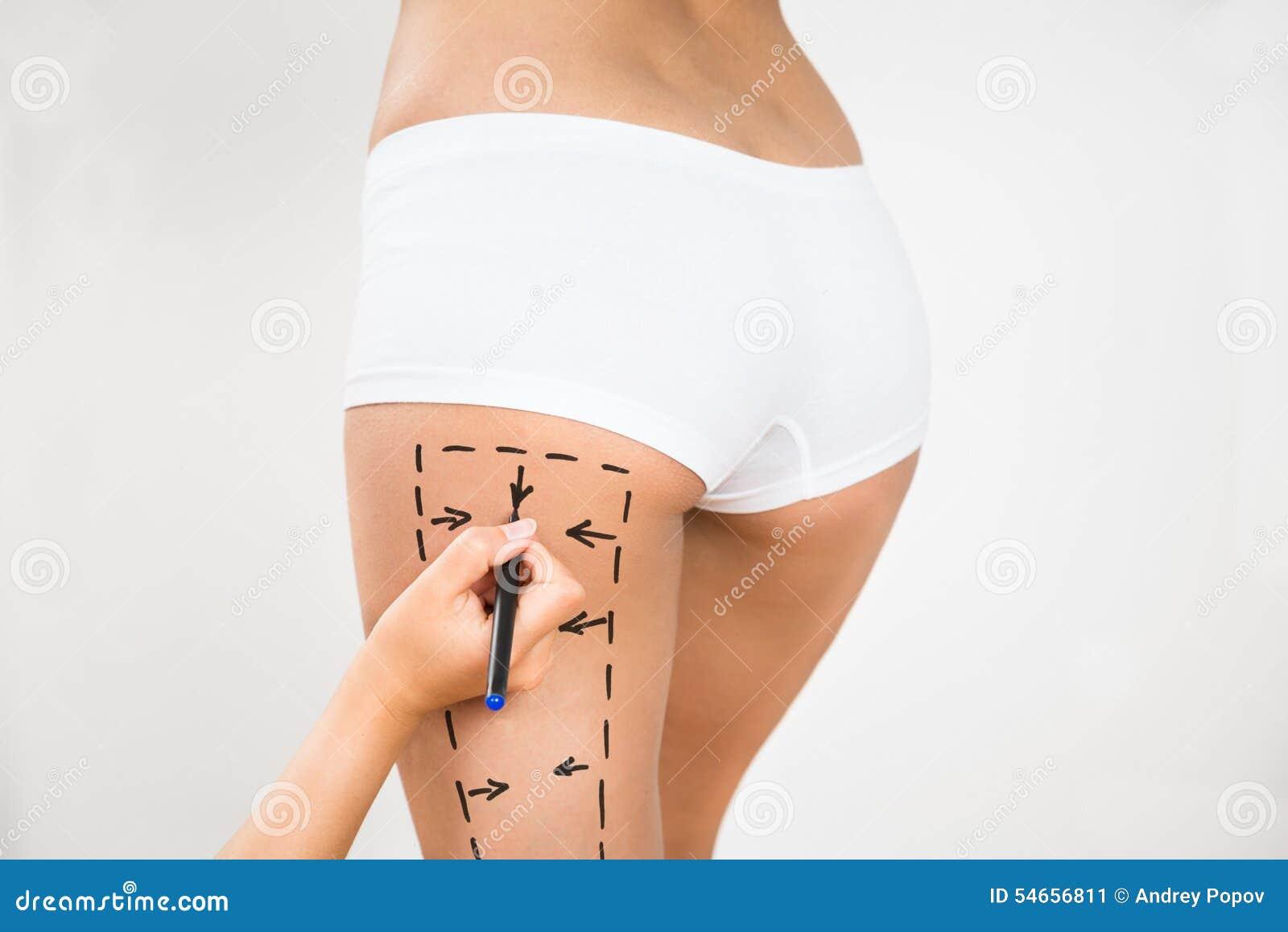 De tekeningslijnen van de persoonshand op de dij van een vrouw